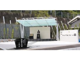 創業者ゆかりの地に「石橋信夫翁 生誕100周年記念碑」を建立